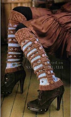 """Pattern Nicky Epstein Rowan Silk Wool Leg Warmers - from the book """"Knitting Around The World"""" ( I love the color contrast) Knitting Club, Knitting Socks, Knitting Machine, Knitting Projects, Knitting Patterns, Crochet Patterns, Guêtres Au Crochet, Alter Pullover, Old Sweater"""
