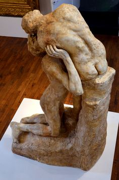 Sakountala (1888) par Camille CLAUDEL (1864-1943). Plâtre endommagé. Don de l'artiste en 1895. Musée Bertrand de Chateauroux. Photo Hervé Leyrit.