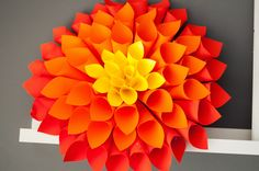 Colored Paper Dahlia Wall Art Ideas that Easy and Spectacular Paper Dahlia, Paper Flowers Diy, Flower Crafts, Dahlia Flowers, Flower Diy, Craft Flowers, Dahlias, Paper Wall Art, Diy Wall Art