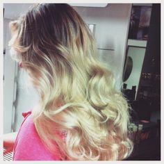 Instagram photo by @mirkatarvainen (hiukset/hair✂️) | Iconosquare Liukuväri ja balayage raidat pitkään paksuun luonnontaipuisaan tukkaan #balayage #ombre #blond #curls