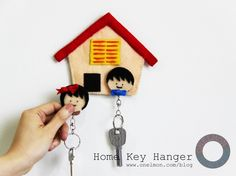 DIY Felt Home Key Holder. If you are interested in sewing projects. You can pay attention to this DIY felt key holder. It is simple but with a tremendous effect to the décor. Get more directions Felt Diy, Felt Crafts, Easy Crafts, Diy And Crafts, Arts And Crafts, Wall Key Holder, Key Holders, Sewing Projects, Diy Projects