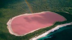 #LAC #HILLIER en #Australie  La couleur rose de ce lac serait le résultat d'un colorant créé par les algues et les bactéries dans l'eau. Malgré la teinte étrange, le lac ne semble pas avoir d'effets nocifs sur l'homme ou la faune locale. # insolite #lac #rose #algues