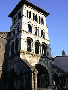 Basílica de San Pedro de Vienne (sureste de Francia), siglo VI. En el periodo merovingio, los templos suelen construirse con torres en el transeptum y a los pies.