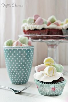 Cupcakes with marshmallows Marshmallows, Cupcakes, Tableware, Desserts, Food, Tailgate Desserts, Cupcake, Dinnerware, Deserts