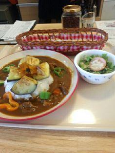 今日のお昼ご飯は夏野菜カレーライスセットいただきました。