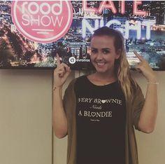 Monique Smit draagt hier de every brownie needs a blondie t-shirt aan van Voyar La Rue. #avotros #moniquesmit #zwart #tshirt #blondie #brownie #voyarlarue #vlr #hot #shoppen #damesmode #fashion #nl #tv #happy