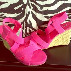 Classic low heels! Great shoes for the upcoming summer!! Hot pink!! Never worn! Bakers Shoes Heels