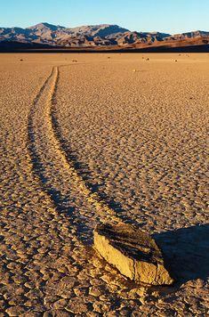 Pedras de Vela no Vale da Morte, EUA: um fenômeno geológico onde as rochas se movem e inscrevem faixas longas ao pelo chão liso do vale, sem intervenção humana ou animal. | 30 fenômenos naturais que você não vai acreditar que realmente existem
