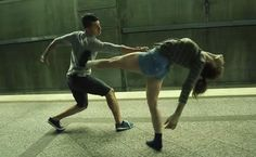 Un couple dansant dans le métro