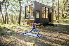 Digital Detox: Eco-Friendly Off-Grid Tiny House that is Incredibly Adaptable Off Grid Tiny House, Tiny House Living, Tiny House On Wheels, Tiny Cabins, Wooden Cabins, Glamping, Cabin Design, House Design, Exterior Cladding