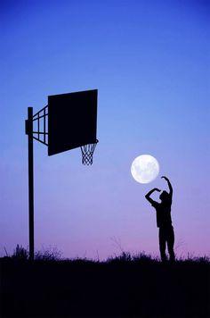 Quand le photographe Adrian Limaniprend plaisir à s'amuser avec la Lune afin de nous offrir une magnifique série de photographies en ombres chinoises, à la