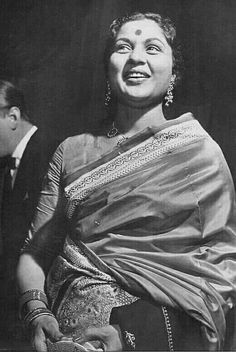 Nirupa Roy. Lifetime Achievement Award, Indian Star, Vintage Bollywood, Indian Movies, Indian Celebrities, Bollywood Stars, Beautiful Saree, India Beauty, Best Actor