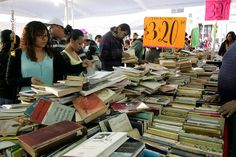 """Nezahualcóyotl, Méx. 28 Junio 2013. En el 1er Festival Nacional del Libro, """"Para Leer en Libertad"""" los asistentes pudieron encontrar libros en inmejorables condiciones, a partir de 10 pesos."""