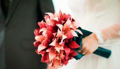 Casar com origamis. Veja: http://www.casadevalentina.com.br/index.php?id=/blog/noticias/materia.php&cd_matia=47817 #decor #decoracao #origami #paper #papel #charm #charme #details #detalhes #flowers #flores #casadevalentina