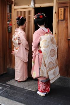Kotohajime 2014: Maiko Kanohiro (Kanoya) and Maiko Tomitsuyu (Tomikiku)  from Gion Higashi