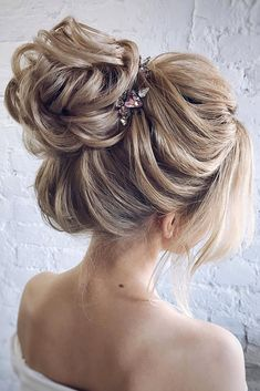 wedding hairstyles for thin hair voluminous high bun on blond hair with a pin to. - The Right Hair Styles Medium Thin Hair, Short Thin Hair, Medium Hair Styles, Short Hair Styles, Wedding Hairstyles For Long Hair, Bride Hairstyles, Vintage Hairstyles, Updo Hairstyle, Side Bangs Hairstyles