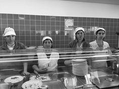 Esta foto foi tirada as quatro cozinheiras da escola secundaria de Felgueiras são quatro senhoras de diversas idades desde mais jovem que é a senhora do lado esquerdo de todo com idade compreendida entre os 25 e 30 anos a chefe da cozinha a mais bainha que tem uma idade compreendida entre os 45 e 50 anos. O cenario desta foto é o refeitorio da escola... quanto ao seu vestuário não dá muito para reparar mas estavam todas de bata e na cabeça telhem todas uma espécie de chapéu