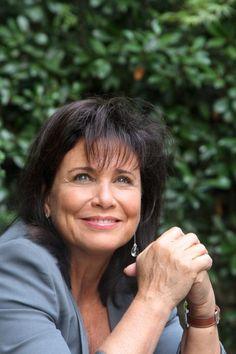 Désormais séparée de Dominique Strauss-Kahn, Anne Sinclair se réjouit des bons résultats du site tout info  Huffington Post en France. Anne Sinclair, Star Francaise, Info, Beautiful Women, Portraits, France, Culture, Elegant, Everything