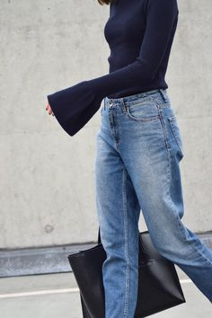 Oversized sleeves, navy, blue and gold. More on afnewsletter.com H&M Trend sweater, Mom Jeans, H&M Loafers. Minimalism
