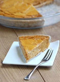 Vegan Creamy Pumpkin Pie (Healthy) // Pumpkin pie (next to apple pie) is probably THE Thanksgiving dessert. But did you know that it can be healthy and 'ultra creamy' too? This pumpkin pie recipe beats all other pumpkin pie recipes.