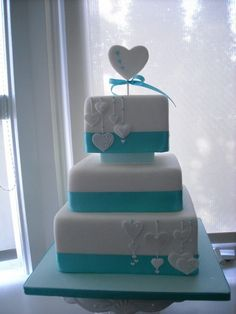 alexia dives posted Green and purple wedding cake. Love the look of this cake! to their -wedding cakes- postboard via the Juxtapost bookmarklet. Square Wedding Cakes, Wedding Cakes With Cupcakes, Cool Wedding Cakes, Beautiful Wedding Cakes, Beautiful Cakes, Amazing Cakes, Cupcake Cakes, Pretty Cakes, Cute Cakes