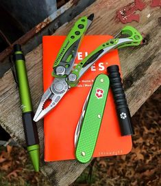 Outdoor Survival, Survival Gear, Survival Equipment, Survival Prepping, Fisher Space Pen, Edc Gadgets, Bushcraft Gear, Everyday Carry Gear, Types Of Knives