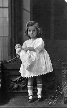 Sylvia Clarice Mary Langsford, ca. Vintage Children Photos, Vintage Pictures, Old Pictures, Vintage Images, Children Photography Vintage, Vintage Abbildungen, Vintage Girls, Vintage Postcards, Vintage Style