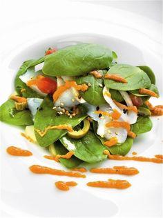 Ensalada de bacalao confitado con espinacas y romesco. ¡Verde!
