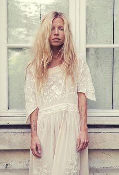 vestido lindo, apesar da modelo não ajudar, que parece resgatada de clinica de rehab.