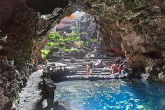 Lanzarote-Jameos del Agua. Ondergronds meertje met bijzondere witte kreeftjes, een restaurantje (soms 's avonds open met muziek), museum over vulkanisme.