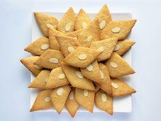 Sirupsnipper - traditional Norwegian gingerbread diamonds for Christmas Christmas Treats, Christmas Baking, Christmas Cookies, Sweets Cake, Cupcake Cakes, Cupcakes, Norwegian Food, Norwegian Recipes, Norwegian Christmas