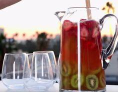 Tämä kiivistä ja mansikoista valmistettu sangria vie kielen mennessään: ohjeet videolta Sangria, Kitchen Appliances, Koti, Drinks, Diy Kitchen Appliances, Drinking, Home Appliances, Beverages, Drink