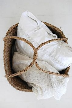Wicker basket and white linen Mano Brown, Rustic Baskets, Picnic Baskets, Textiles, Linens And Lace, White Linens, Company Picnic, Basket Bag, Linen Pillows