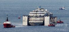 イタリア・ジェノバ(Genoa)の港にえい航された座礁船コスタ・コンコルディア(Costa Concordia)号(2014年7月27日撮影)。(c)AFP/MARCO BERTORELLO ▼30Jul2014AFP|伊豪華客船で新婚旅行の男性、座礁後の解体に参加へ http://www.afpbb.com/articles/-/3021901 #Costa_Concordia