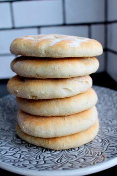 3) Ha i honung, salt och olja. Häll sedan på mjölsorterna och låt maskinen jobba med degen. Låt maskinen köra i minst 5 minuter. Degen kommer att vara kladdig men allt är i sin ordning. Den ska vara det. Lägg på plastfilm på degbunken och låt sedan jäsa i 1 timma. Sin Gluten, Vegan Gluten Free, Gluten Free Recipes, Pudding Desserts, No Bake Desserts, Raw Food Recipes, Baking Recipes, Gluten Free Bakery, Vegan Bread