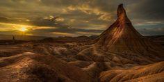 Un atardecer que parece de otro planeta, y que tenemos tan cerca... Foto: Giacomo della Sera vía @NationalImages / Twitter. Bardenas Reales de #Navarra