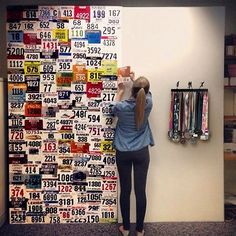Parede com números de inscrição de corrida; Por https://instagram.com/ideiasdiferentes/