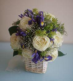 Подобная композиция будет стоить 1500 рублей. Возможный состав: кустовые розы, ирис, зелень; корзина, размер композиции ~ 20*25 см