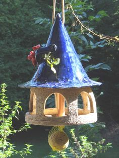 Mit diesem schönen Vogelhäuschen bereitest Du Vögeln und Menschen eine Freude. Verspielt gestaltetes Futtersilo für Vögel Dieses Vogelhaus ist ein Muss für alle Vogelliebhaber. Locke...