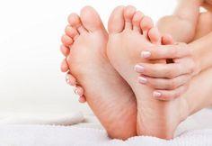 Du solltest vor dem Schlafengehen genau hier auf deine Füße drücken. Denn so wirst du deine Schmerzen ganz sanft los.