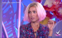 Caterina Balivo ritorno in tv con i capelli rosa: più cartoon o Lady Gaga? Mentre si consuma il dramma della sindaca di Roma Virginia Raggi che ad oggi non ha ancora capito bene che ruolo ha d'estrema importanza ha conquistato, è stata sottovalutata un'altra tragedia rileva #dettofatto #caterinabalivo #gossip