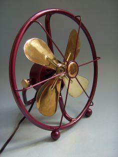 AEG Ventilador alemão, estilo copiado ainda hoje. Antique Fans, Vintage Fans, Retro Fan, Old Fan, Vintage Cushions, Desk Fan, Vintage Appliances, Electric Fan, Art Deco Home