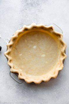 How to Blind Bake Pie Crust. Instructions and a video tutorial showing you how to blind bake pie crust for lemon meringue pie pumpkin pie quiche and pudding pie! Quiche Pie Crust, Baked Pie Crust, Homemade Pie Crusts, Pie Crust Recipes, Tart Recipes, Blind Bake Pie Crust, Merangue Recipe, Baking Recipes, Dessert Recipes