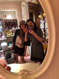 Lisa and Jisoo of Blackpink Divas, South Korean Girls, Korean Girl Groups, Blackpink Youtube, Jenny Kim, Tumblr Bff, Blackpink Photos, Blackpink Fashion, Idole