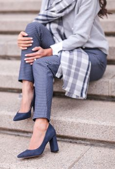 navy block heeled work pumps // winter office outfit