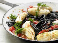Schwarze Tintenfisch-Pasta mit Tomaten und Weißwein: Außergewöhnlich im Geschmack - mit der schwarzen Pasta werden Sie Eindruck machen.