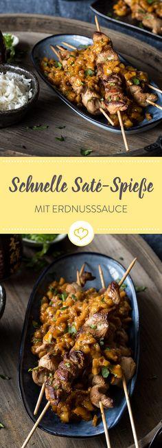 Die Marinade aus Sojasauce, Knoblauch und Ingwer gibt diesen Saté-Spießen Geschmack und macht sie superzart. Dazu gibt es schnelle Erdnusssauce.