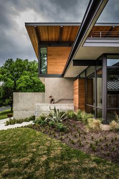 Designed by A Parallel Architecture, Barton Hills Residence is a new-construction home located in Austin, TX, USA. Nestled into a hilltop in Barton Hills, Modern Exterior, Exterior Design, Interior Modern, Midcentury Modern, Residential Architecture, Architecture Design, Mid Century Exterior, Wood Facade, Wood Siding