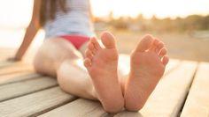 Zachte voetjes? Dit vreemde pedicuretrucje werkt écht - HLN.be