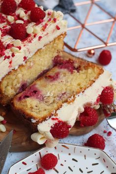 A Simple and Delicious White Chocolate Raspberry Loaf Cake with White Chocolate Buttercream Frosting and Fresh Raspberries! Chocolate Raspberry Cheesecake, White Chocolate Raspberry, Chocolate Fudge, Chocolate Desserts, Baking Recipes, Dessert Recipes, Frosting Recipes, Cupcake Recipes, Janes Patisserie